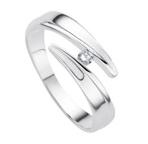 freu trägt sehr viele ringe